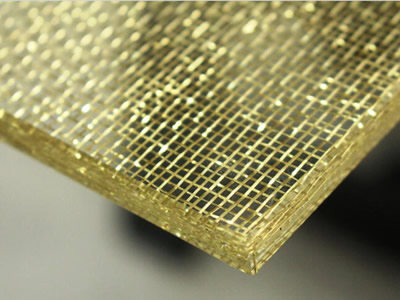From its edge to see, the inner of wired glass is brass woven.