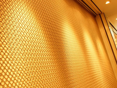 Ring mesh curtain as wall cladding material reflects a perfect visual effect under lamp lights.