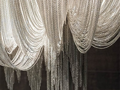 Chain curtain in silver color reflects a good drooping.